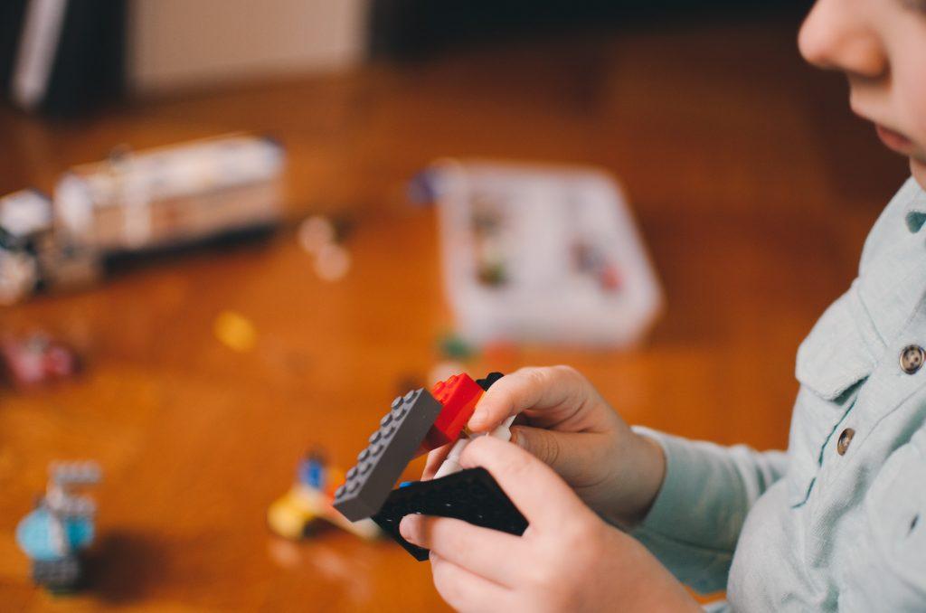 Niño con legos