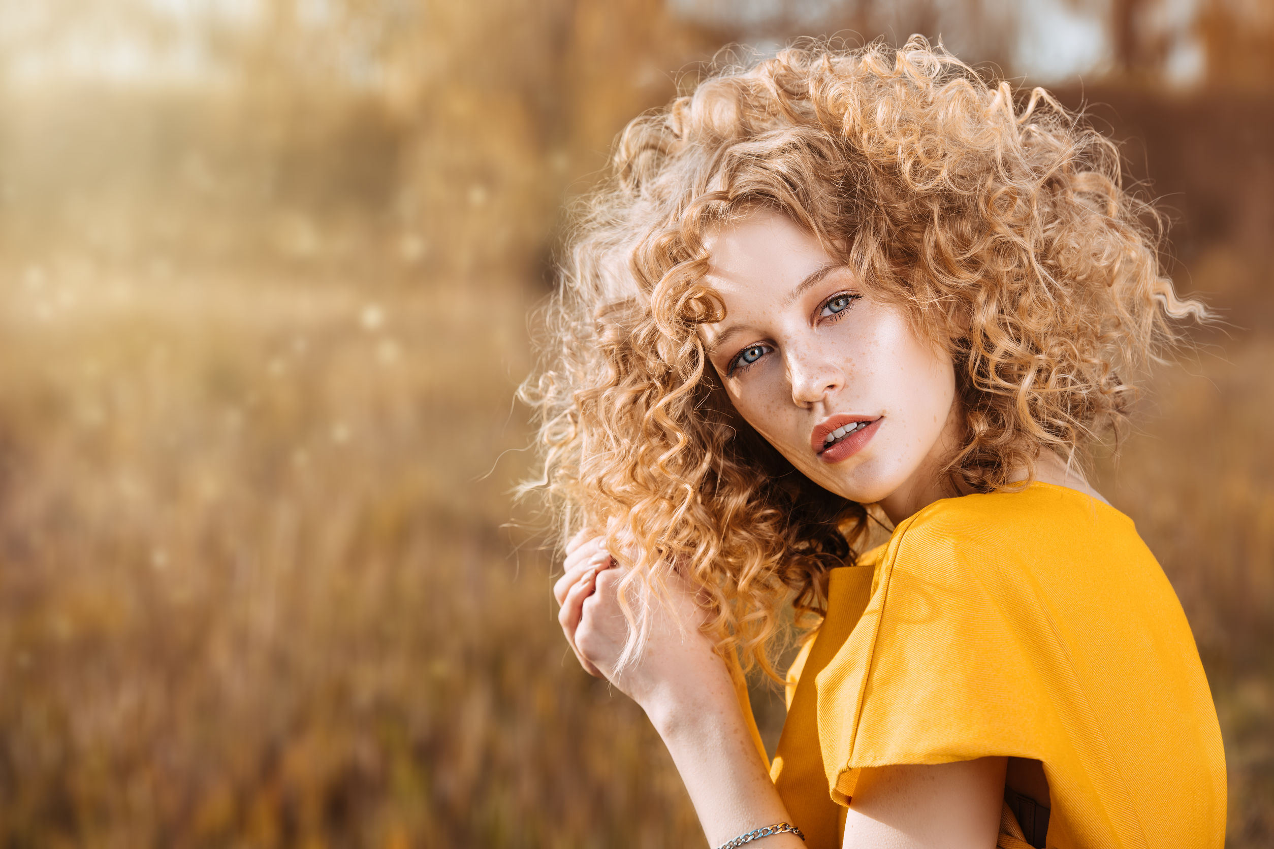 imagen de mujer rubia de cabello rizado