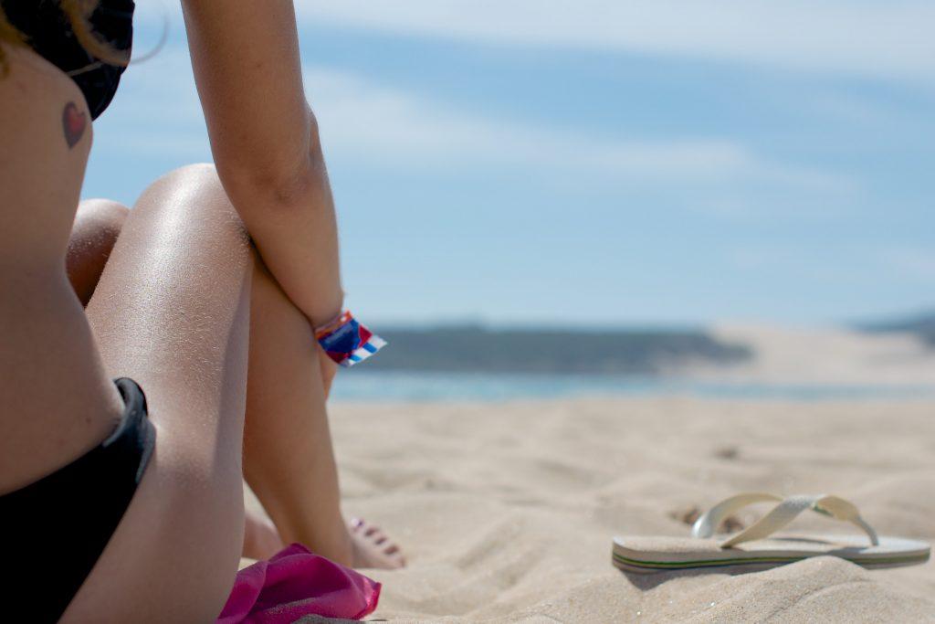 tomando el sol en la playa
