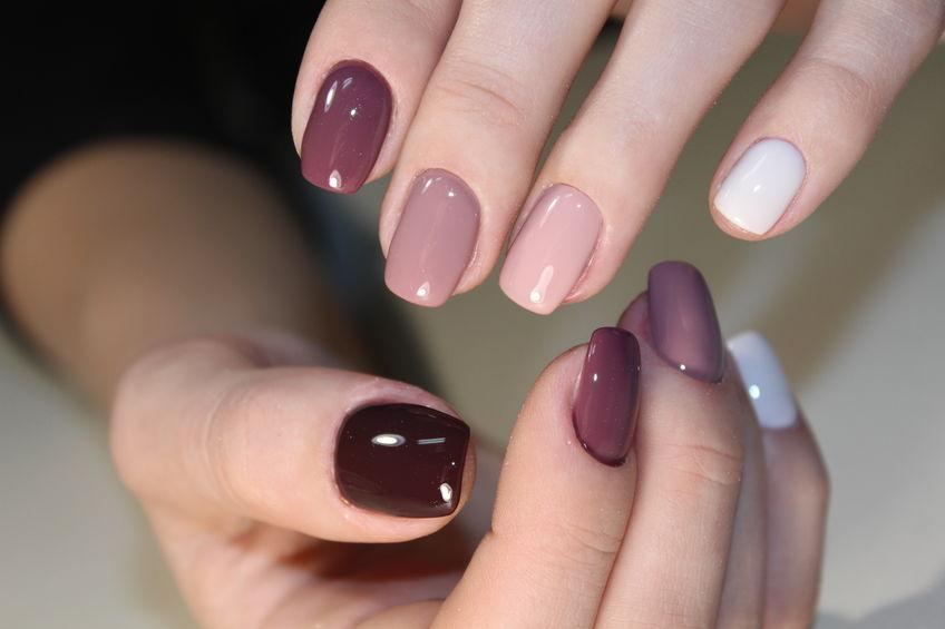 diferentes colores en uñas