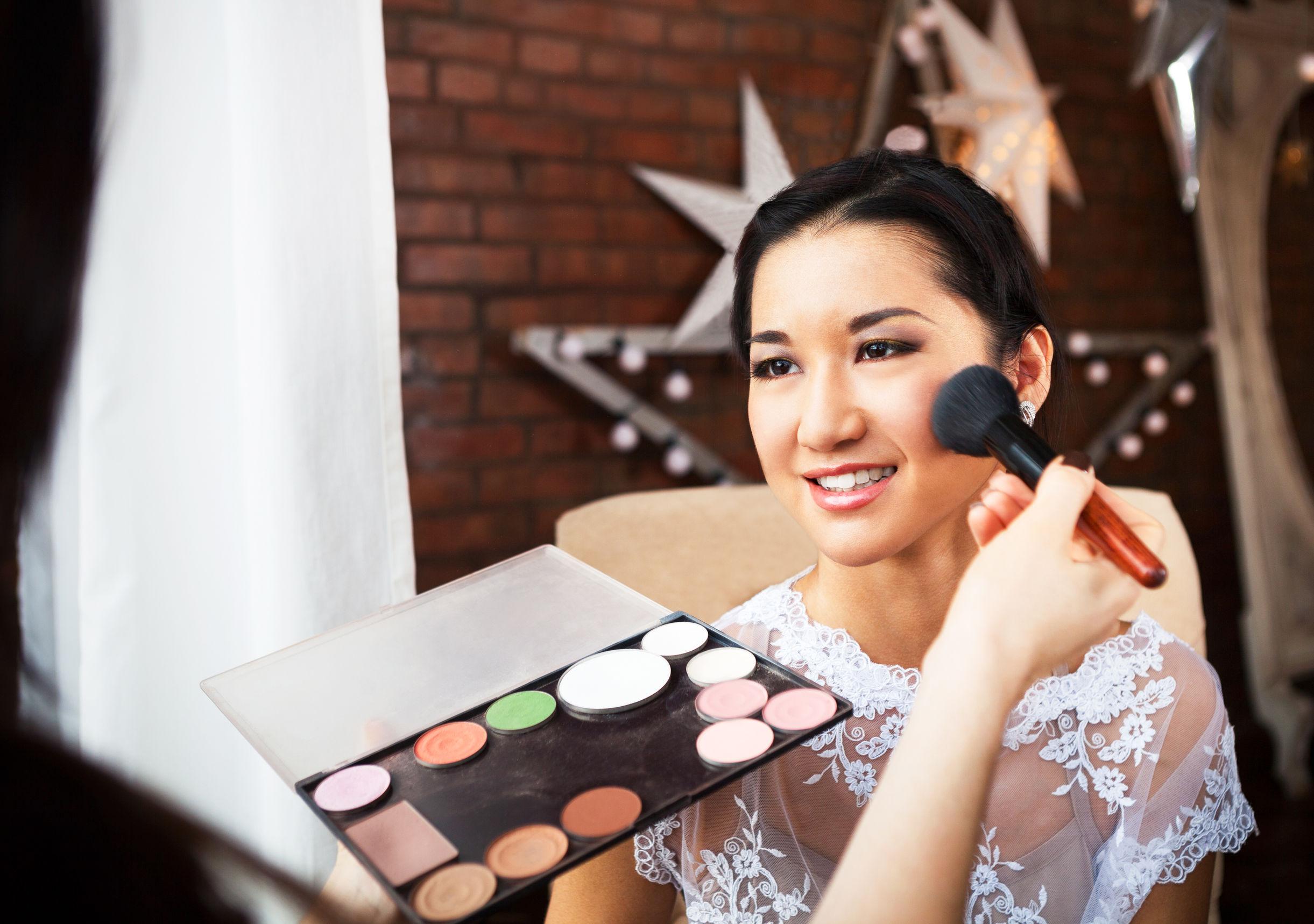 Imagen de una joven siendo maquillada