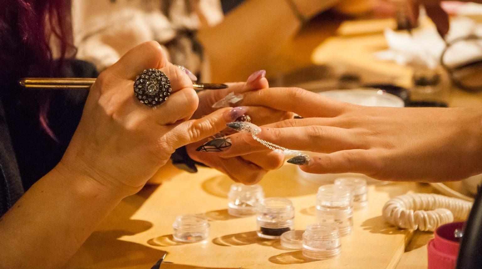 chica arreglandose las uñas