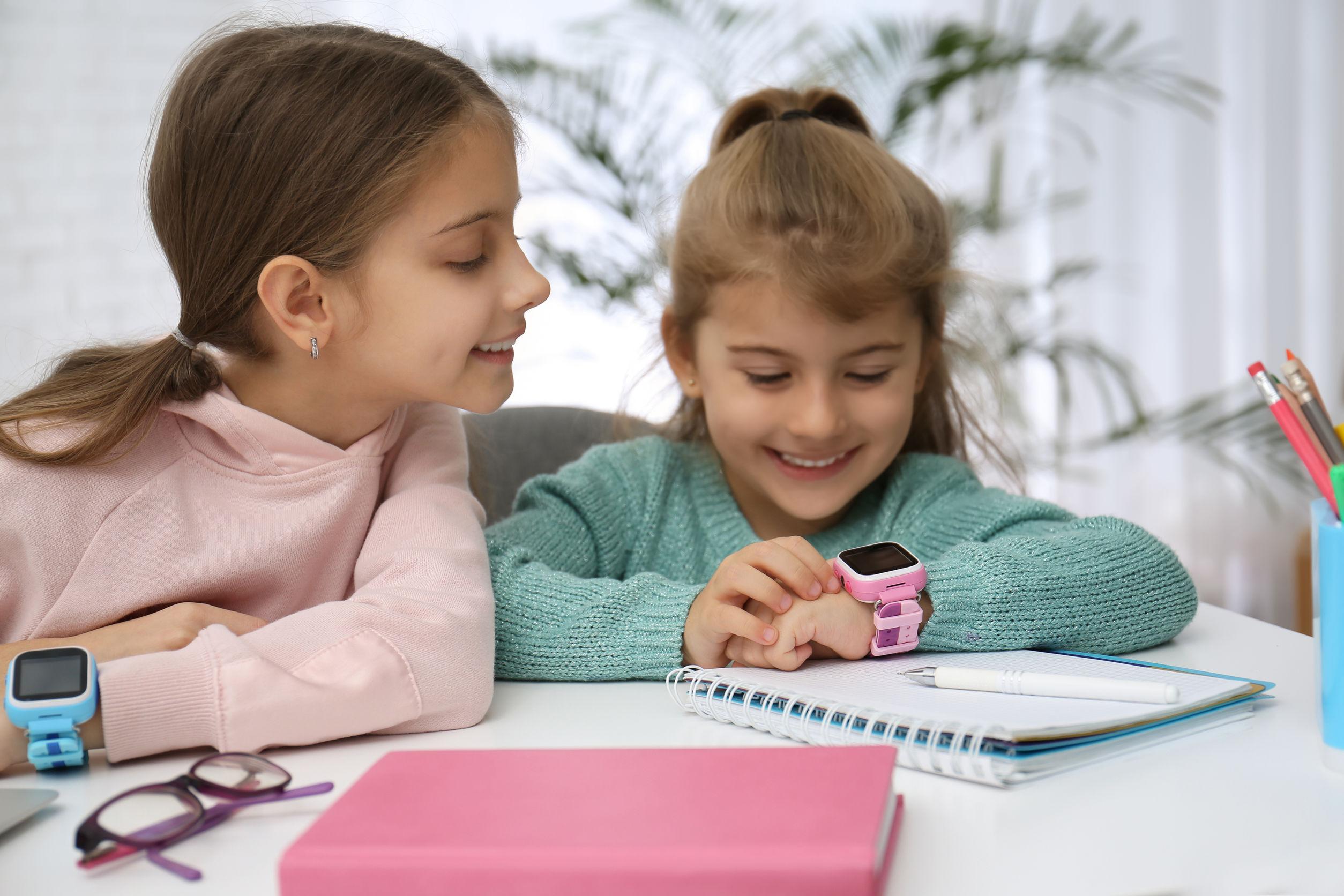 Dos niñas con reloj