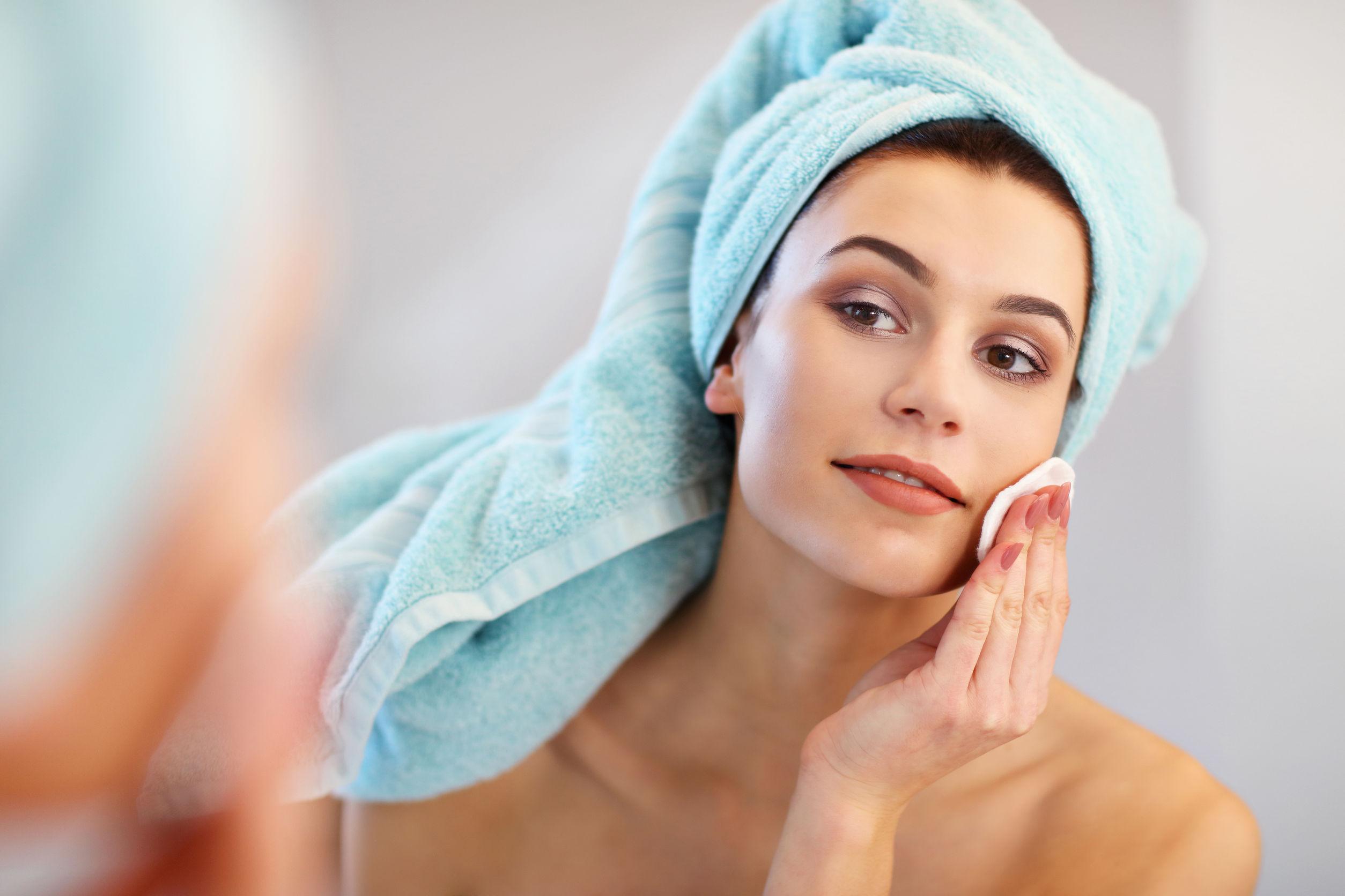 Mujer limpiandose la cara