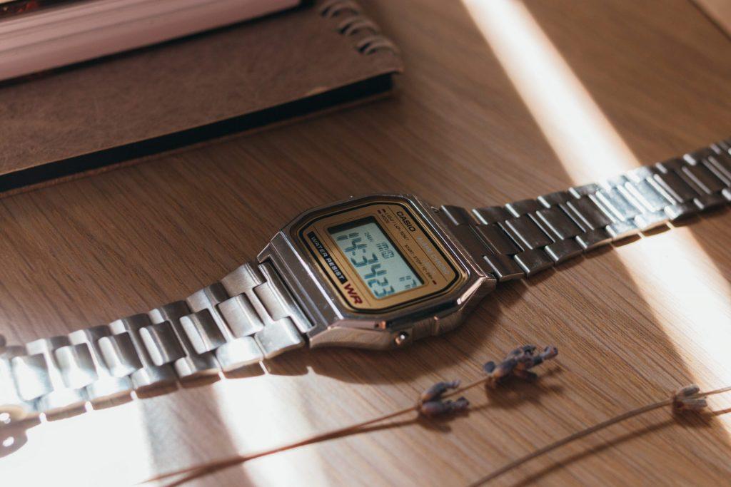 Reloj Casio plateado sobre madera