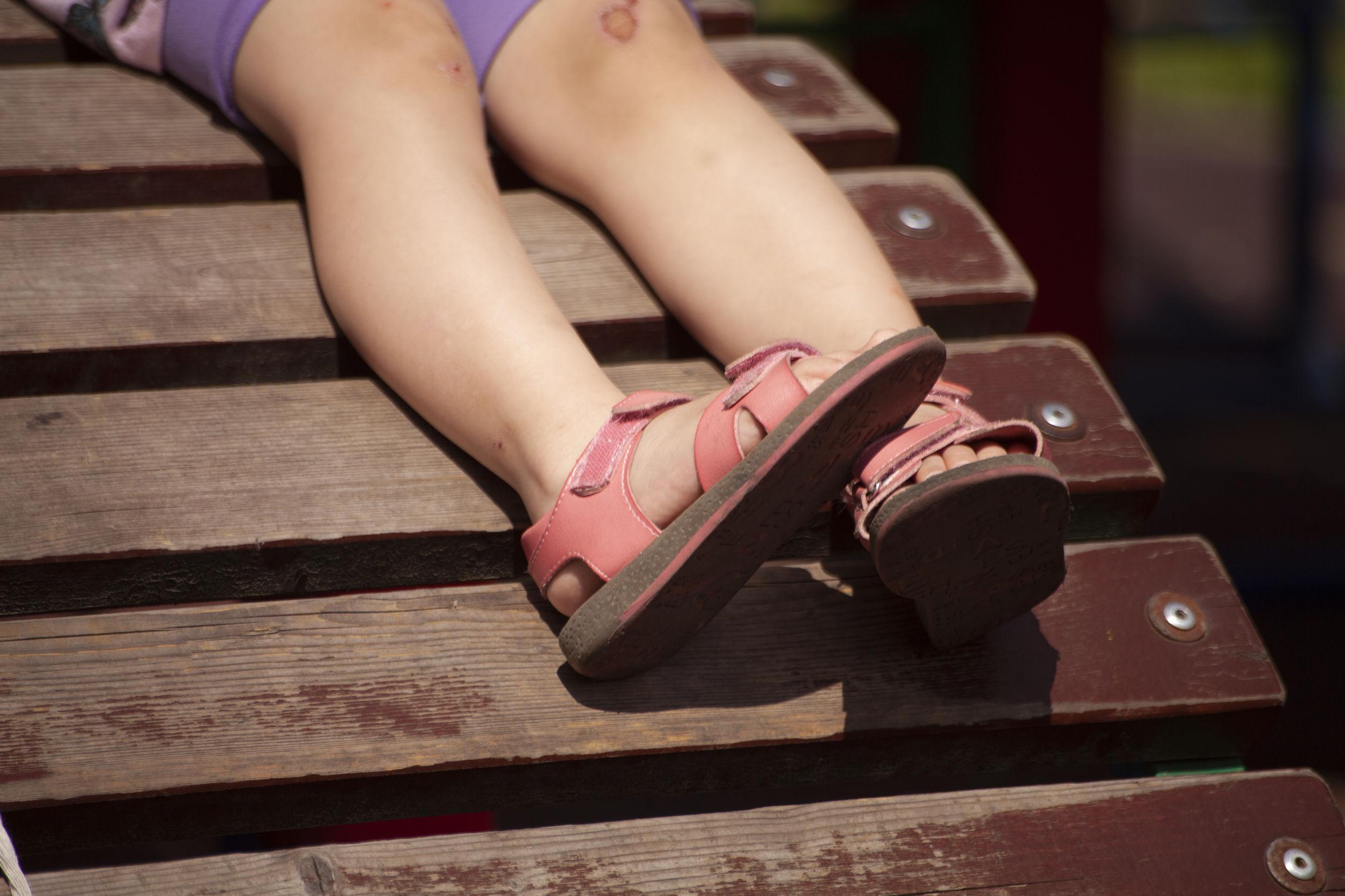 niña usando sandalias