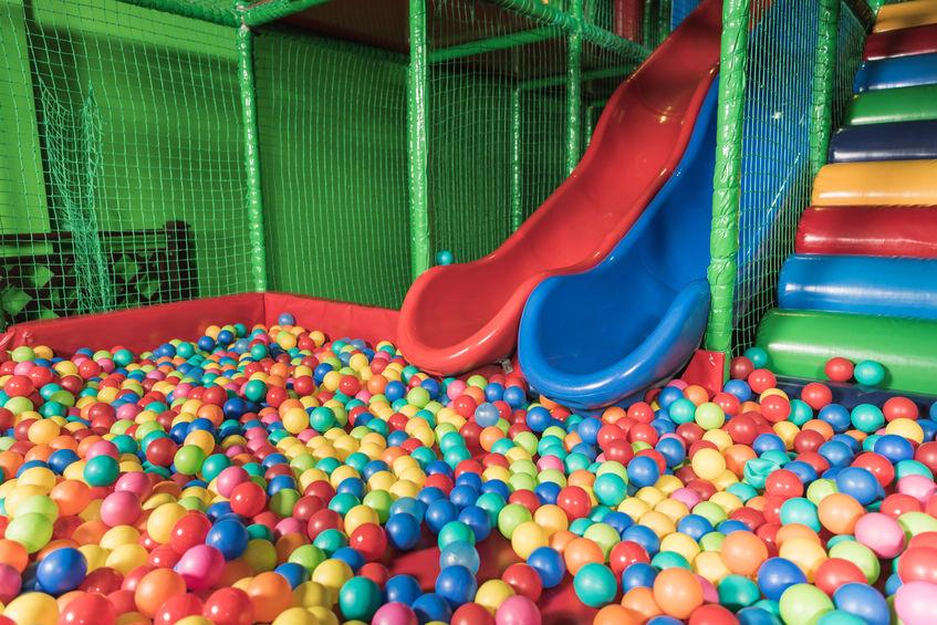 piscina de pelotas con toboganes