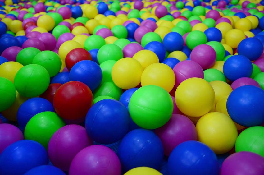piscina con pelotas de colores