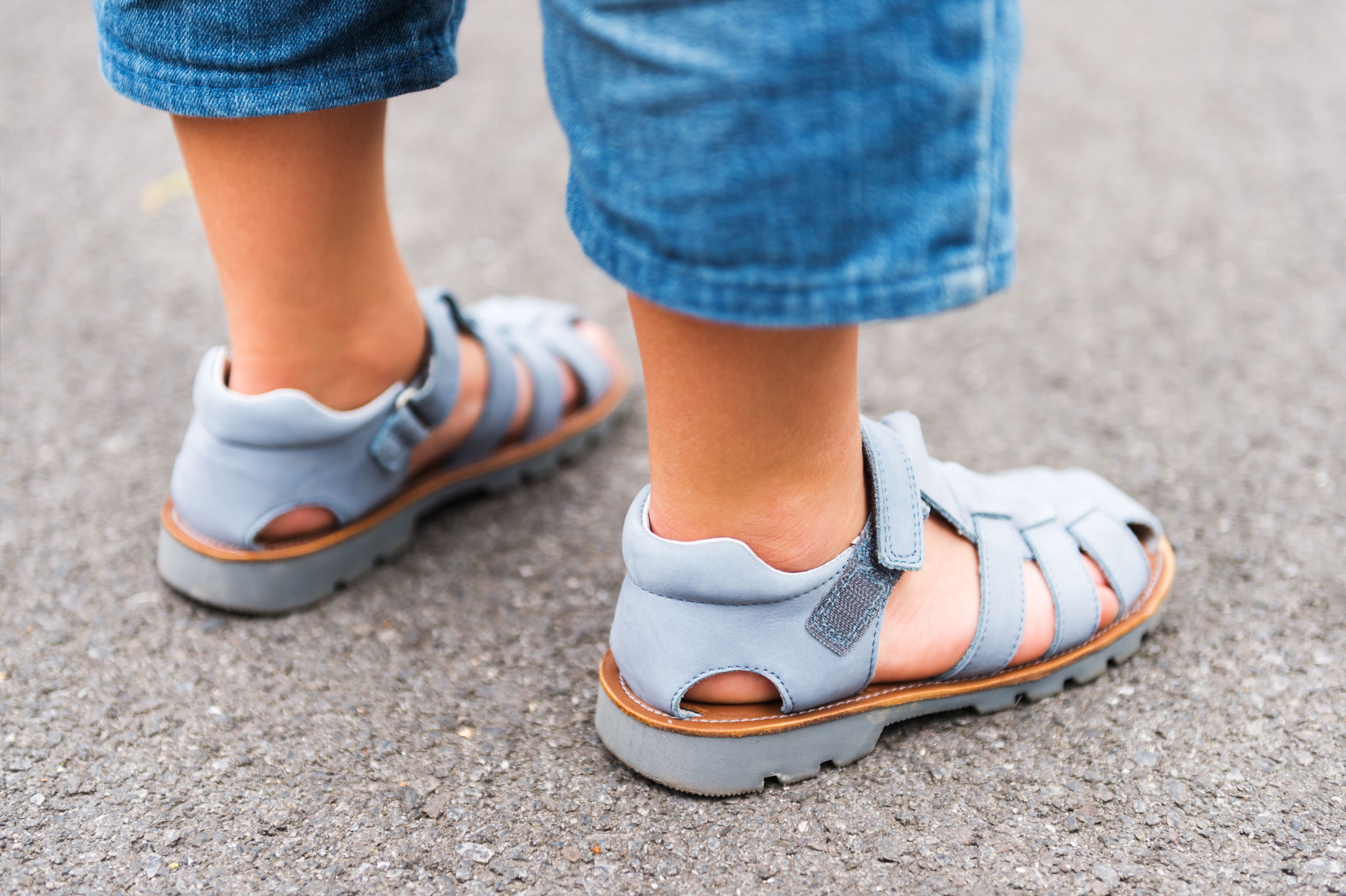 Imagen de niño usando sandalias